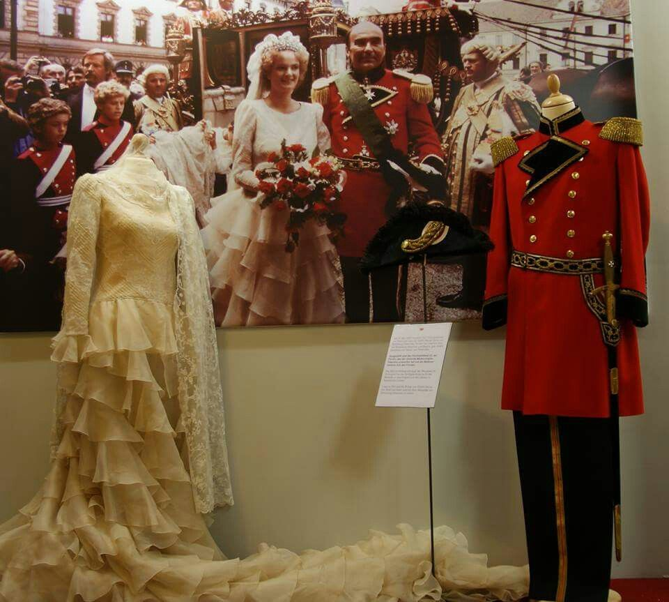 31 August 1980 The Marriage Of Gloria And Johannes Prince Von Thurn And Taxis Her Wedding Dress Was Designed By Valentino Hochzeit Thurn Und Taxis Kleider