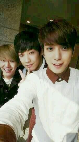 Onew Lee Joon Yonghwa Take A Friendly Photo Together Cnblue Jung Yong Hwa Lee Joon