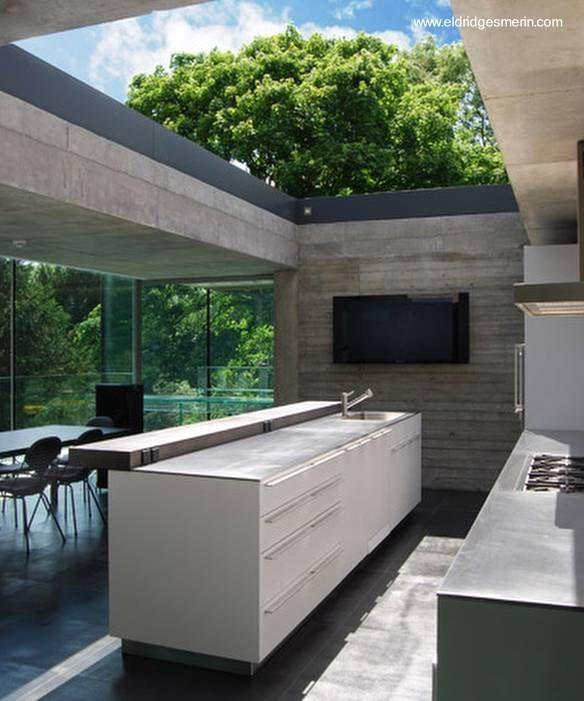 Casa contempor nea de concreto minimalista abierta a un for Cocina separada por un techo de vidrio