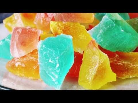 宝石のようにきれいで食感も楽しい和菓子「琥珀糖(こはくとう)」。インスタグラムなどのSNSを中心に注目を集めています!より完成度を高めようとハマってしまう人も多いそう。材料は寒天(糸寒天or粉寒天)とグラニュー糖、水、味付けや色付けのシロップや食用色素のみ!作り方はとっても簡単なのも◎プレゼントとしても喜ばれそうですね。今回は琥珀糖の基本の作り方や失敗しないコツ、琥珀糖で有名なお店、京菓匠 鶴屋吉信「IRODORI(いろどり)」、シャララ舎などの商品もご紹介します!