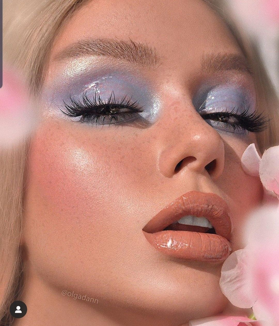 """DAILY CONTENT MAKEUP RETOUCH on Instagram: """"Glossy sky 💙 ⠀⠀⠀ Used: ⠀⠀⠀ #deckofskarlet Edition No.-13 Hi-shine gloss CHAMPAGNE DREAMS #hudabeauty Highlighter  Pink Sands  Lash Scarlett…"""""""
