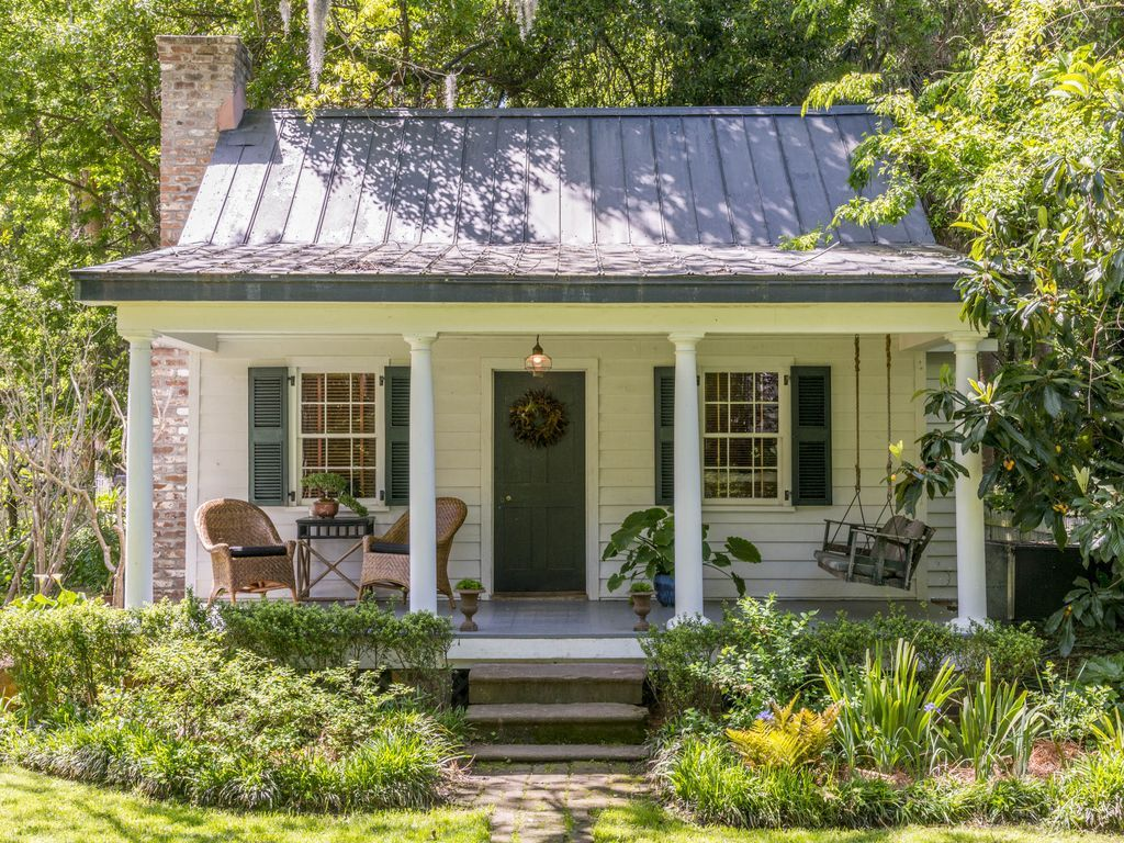 Wow I Found Another Little Cozy Guest House In Beaufort S C Remember This One Well Cottage House Exterior Small Cottage Homes Small Cottage House Plans