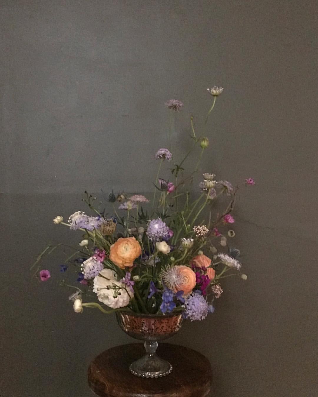 This dark background makes my flower arrangement look like a dutch