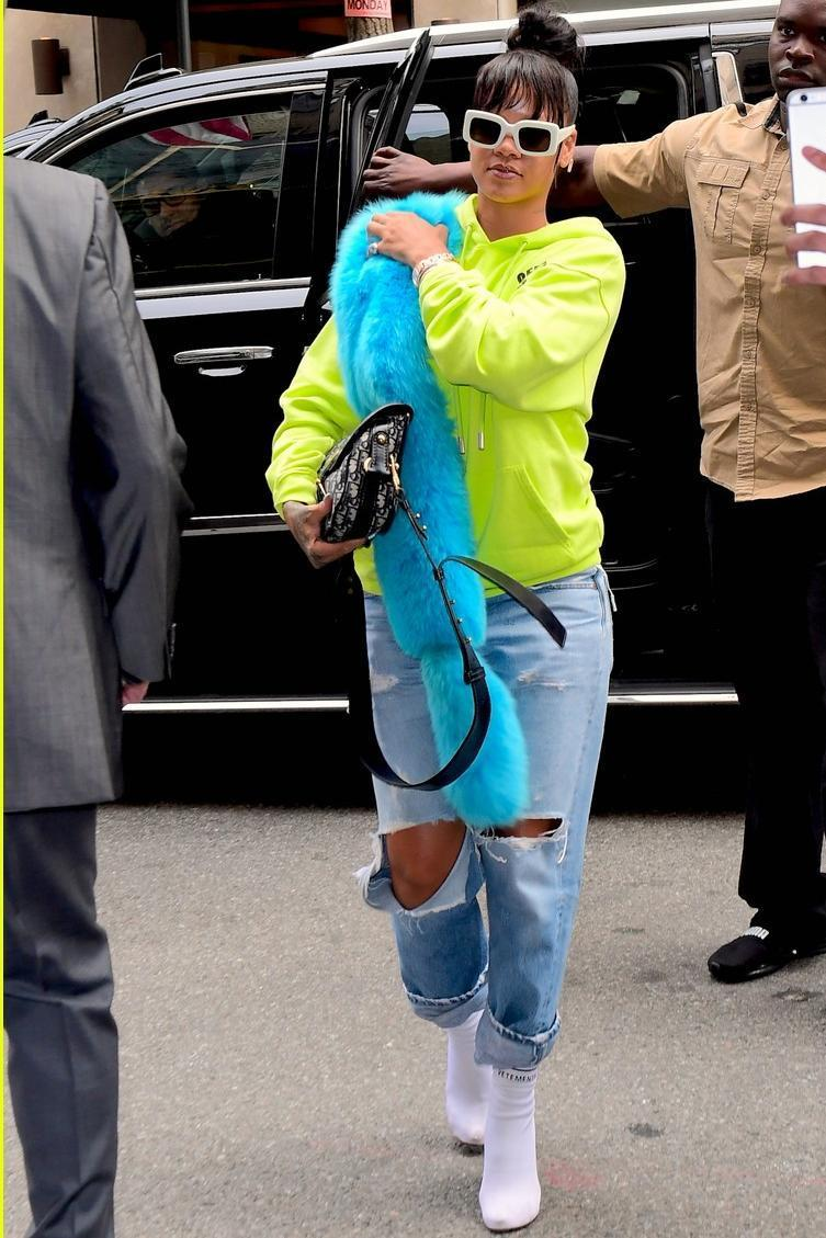 Rihanna Clothes And Outfits Page 12 Star Style Celebrity Fashion In 2020 Rihanna Outfits Rihanna Street Style Fashion [ 1129 x 753 Pixel ]