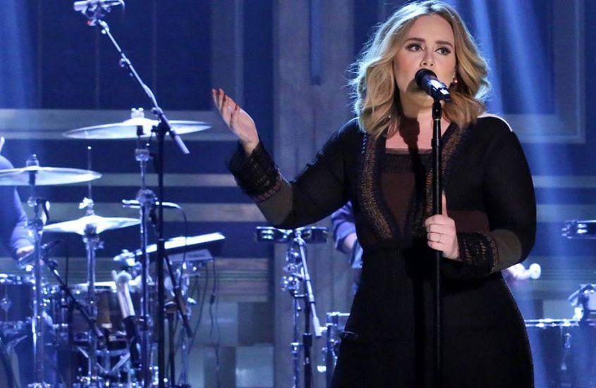 Adele fue coronada Artista del Año en 2015 por la industria discográfica   El logro fue debido a su single Hello y el éxito de ventas de su tercer álbum, 25