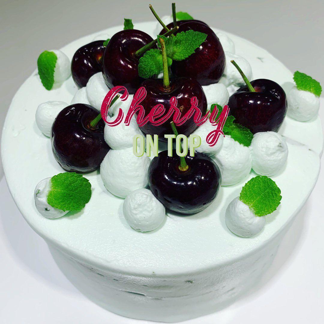 여름 의 씨를 뺀 후 꿀, 키르쉬, 민트 등으로 버무려 필링 위에 송송송~  보기만해도 시원해지네요 😎 Summer #cherries macerated in honey, kirch and mint atop #mint filling 🍒🌱 #canvascake #apgujung #cake #consulting #teatime #dessert #cherrymintcake&n