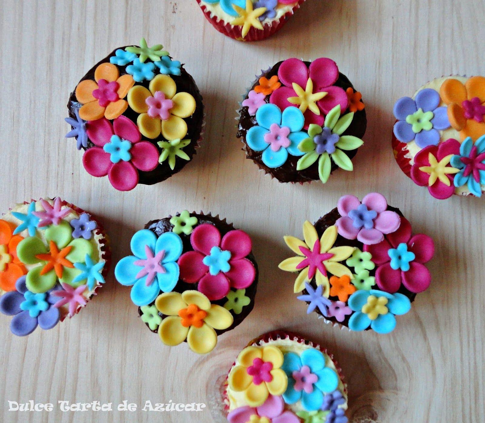 Cupcakes de chocolate y lim n decorados con flores de fondant