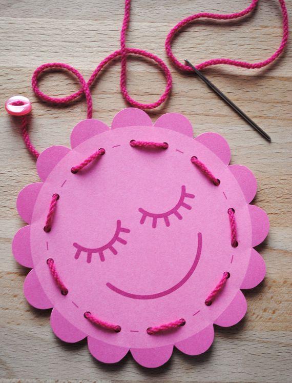 http://www.minieco.co.uk/ Três desenhos grátis para mãos pequenas coserem :)