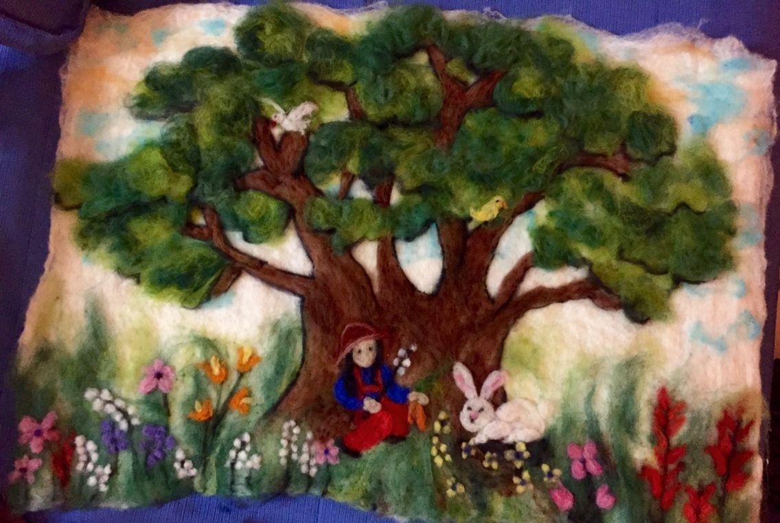 Niña en el árbol fieltro húmedo
