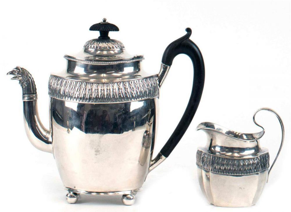 Kaffeekanne und Milchkännchen, wohl Hamburg um 1800, 12 Lot Silber, Meisterzeichenundeutl. punziert — Silber und Versilbertes