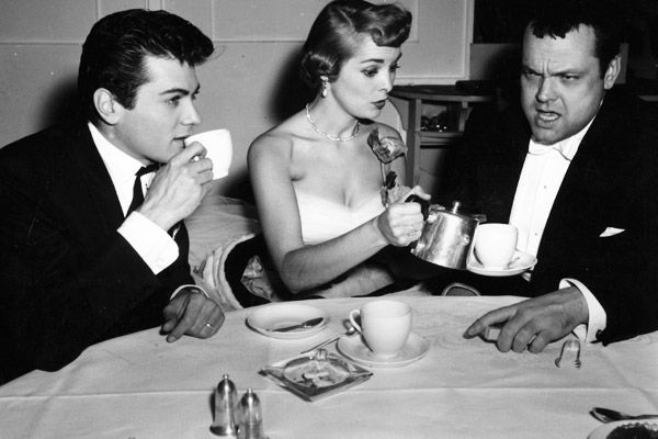 Tony Curtis has tea with his wife Janet Leigh and Orson Welles in 1951 | MTV Photo Gallery