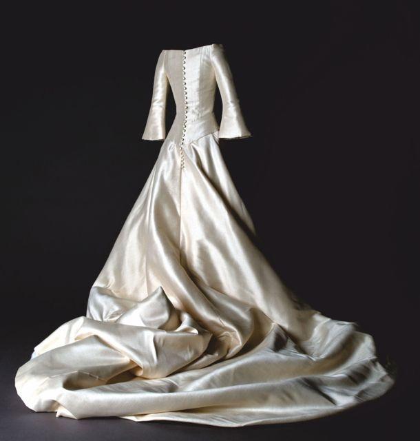 Vestido en seda natural rústica cruda. Donación de Patricia Cebrián ...
