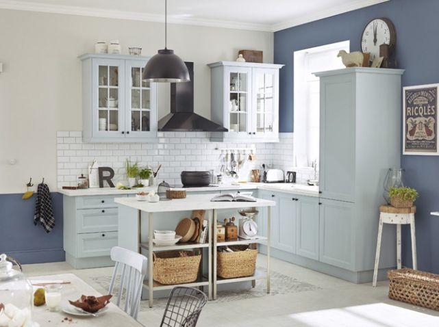 Cuisine campagne bleue claire : Si vous en avez marre de vos meubles de cuisine jugés trop classiques, repeignez-les ! Photo : Leroy Merlin
