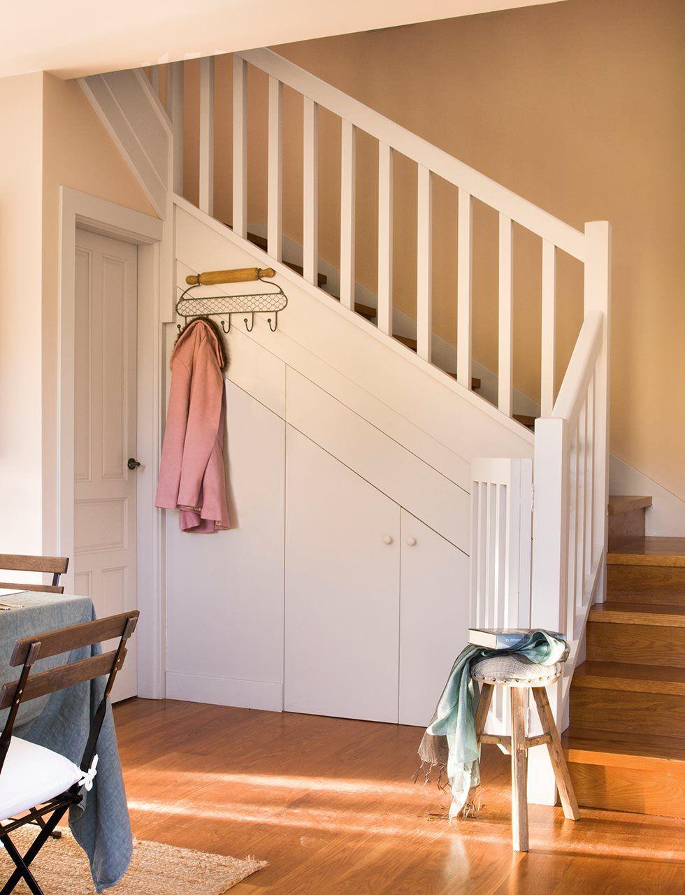 Armario aprovechando el hueco de las escaleras un minitrastero en