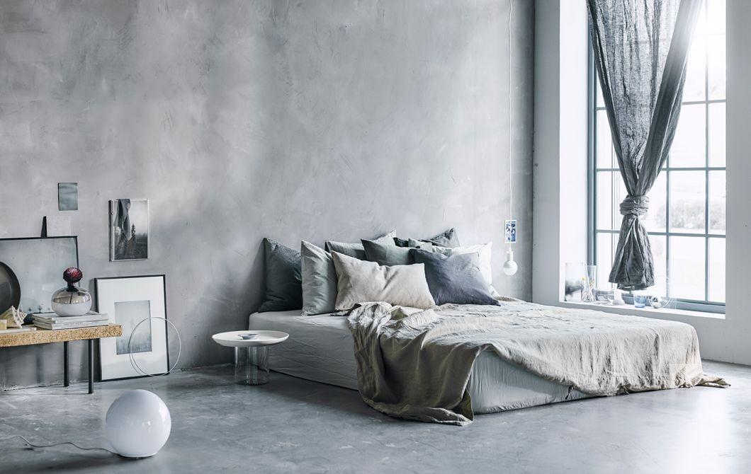 Ein Großes, Graues Bett Mit Frischer Bettwäsche Und Kissen. Wie Sieht Dein  Traumschlafzimmer Aus?
