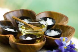 Sal Marinho - esfoliante natural, renova a pele e também as energias. Você sabia que é comprovada a troca de energia com a esfoliação feita com sal marinho? Elemelhora a absorção de íons da pele proporcionando aquela sensação de bem estar.