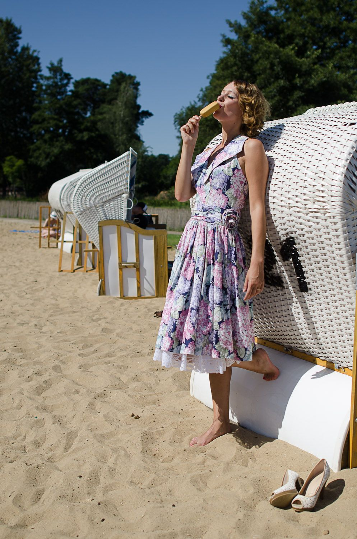eis am stiel im neckholder kleid im stil der 50er jahre. Black Bedroom Furniture Sets. Home Design Ideas