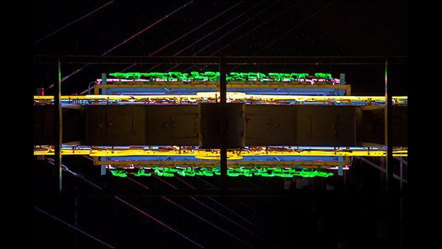 職人の手によって様々形や色に作り上げられた香港の夜景を彩るネオンサインは、文字や記号などを表示しており正面から見た時のみ意味がわかるようになっています。あのネオンサインの「下」はどうなっているので...
