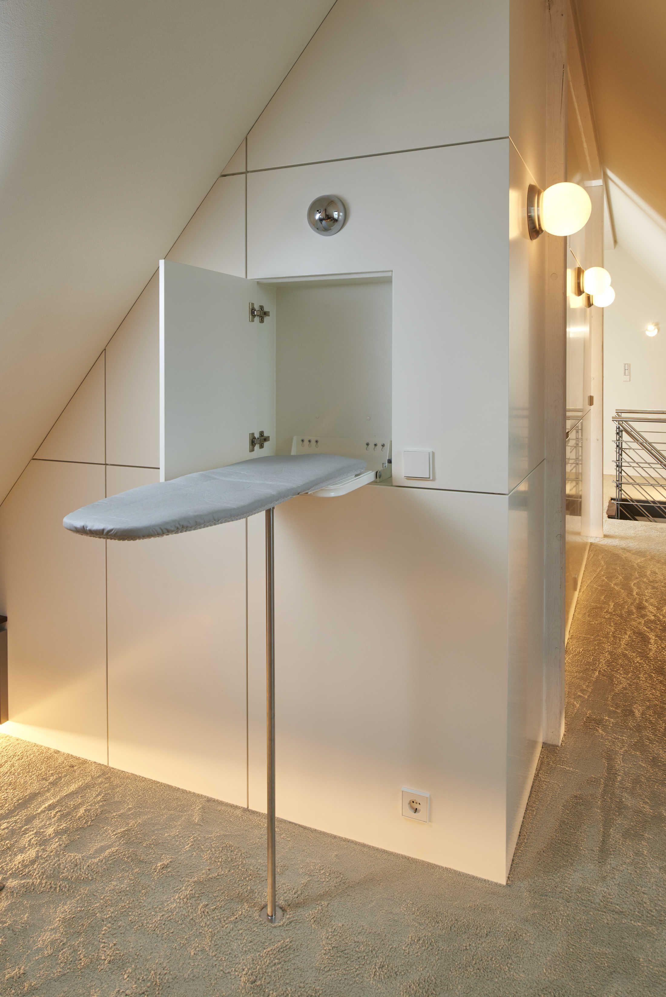 Dieses Dachgeschoss Wurde In Diverse Raumblocke Unterteilt Und Beinhaltet Eine Be Begehbarer Kleiderschrank Dachschrage Ankleide Kleiderschrank Fur Dachschrage