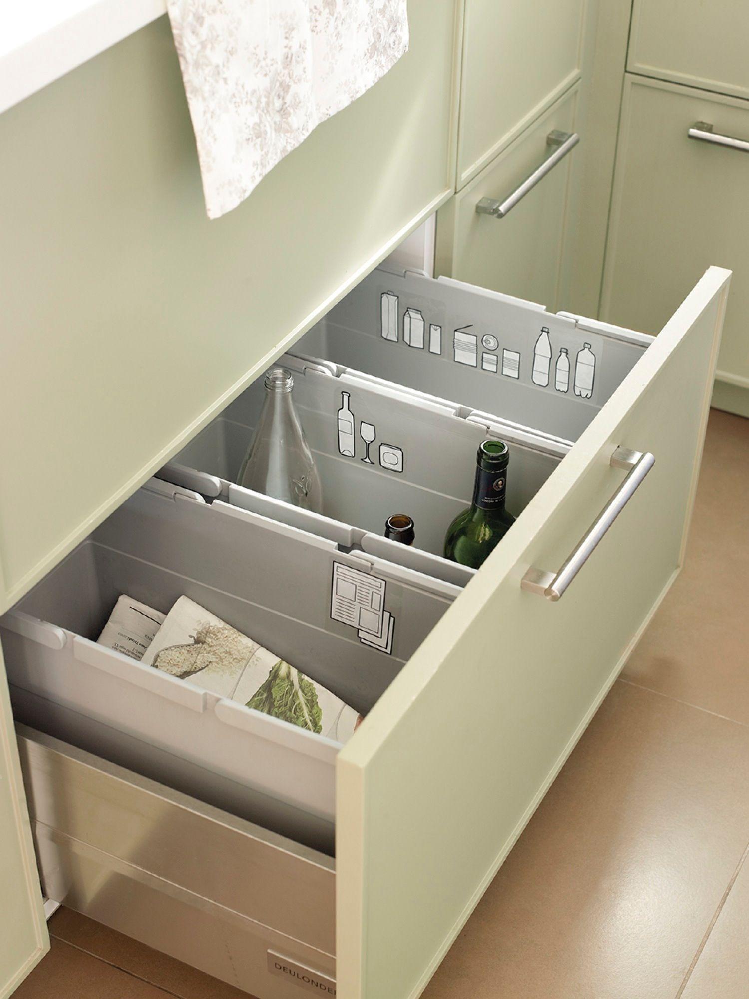 Detalle de caj n de cocina abierto con separadores para el for Separadores cajones cocina