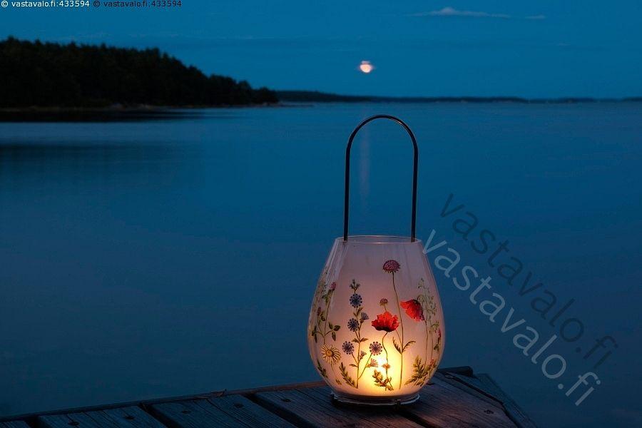 Lyhty rannassa - ilta Itämeri kesä kesäilta kesäyö luonto maisema merenrannat merenranta meri merimaisema rannat ranta saaristo saaristomaisema Saaristomeri sininen tyyni vesi yö elokuu kynttilälyhty lyhty kynttilä kynttilät kuu kuutamo valaista iltarusko rusko lyhdyn valo rauhallinen hämärä hämyinen