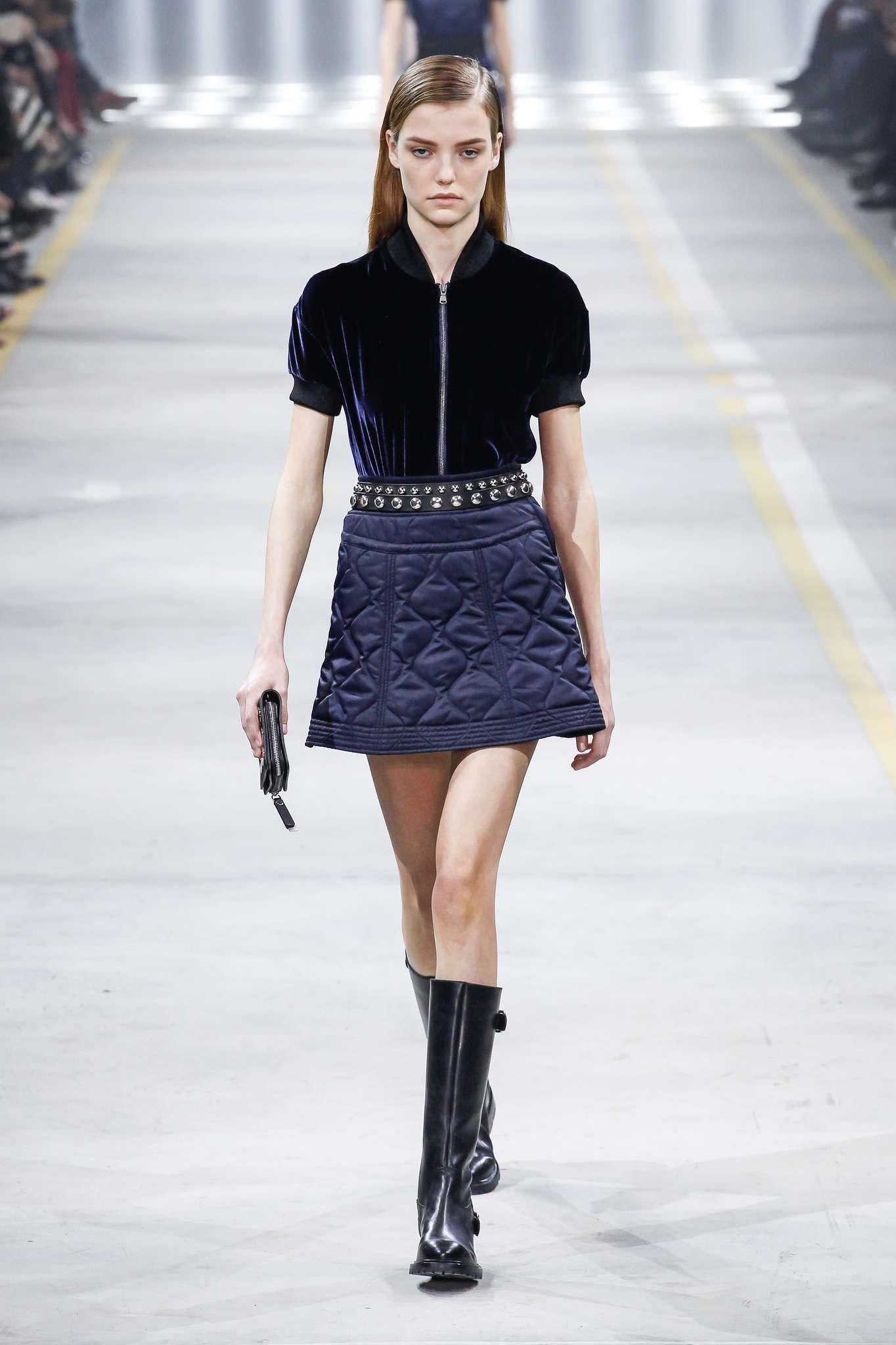 Des jeans Diesel au noir classique d Emporio Armani les couturiers  présentant vendredi à Milan leur collection femme pour l hiver ont trouvé l  inspiration ... f5bead7c35a0