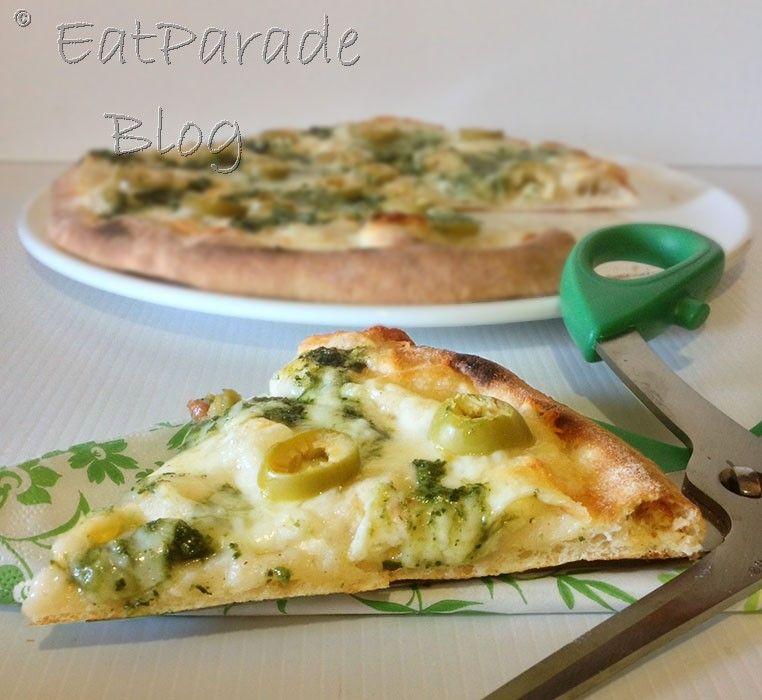 La pizza al pesto è immancabile nella stagione calda, con il basilico fresco che regala le sue foglie profumate per preparare questo ottimo condimento