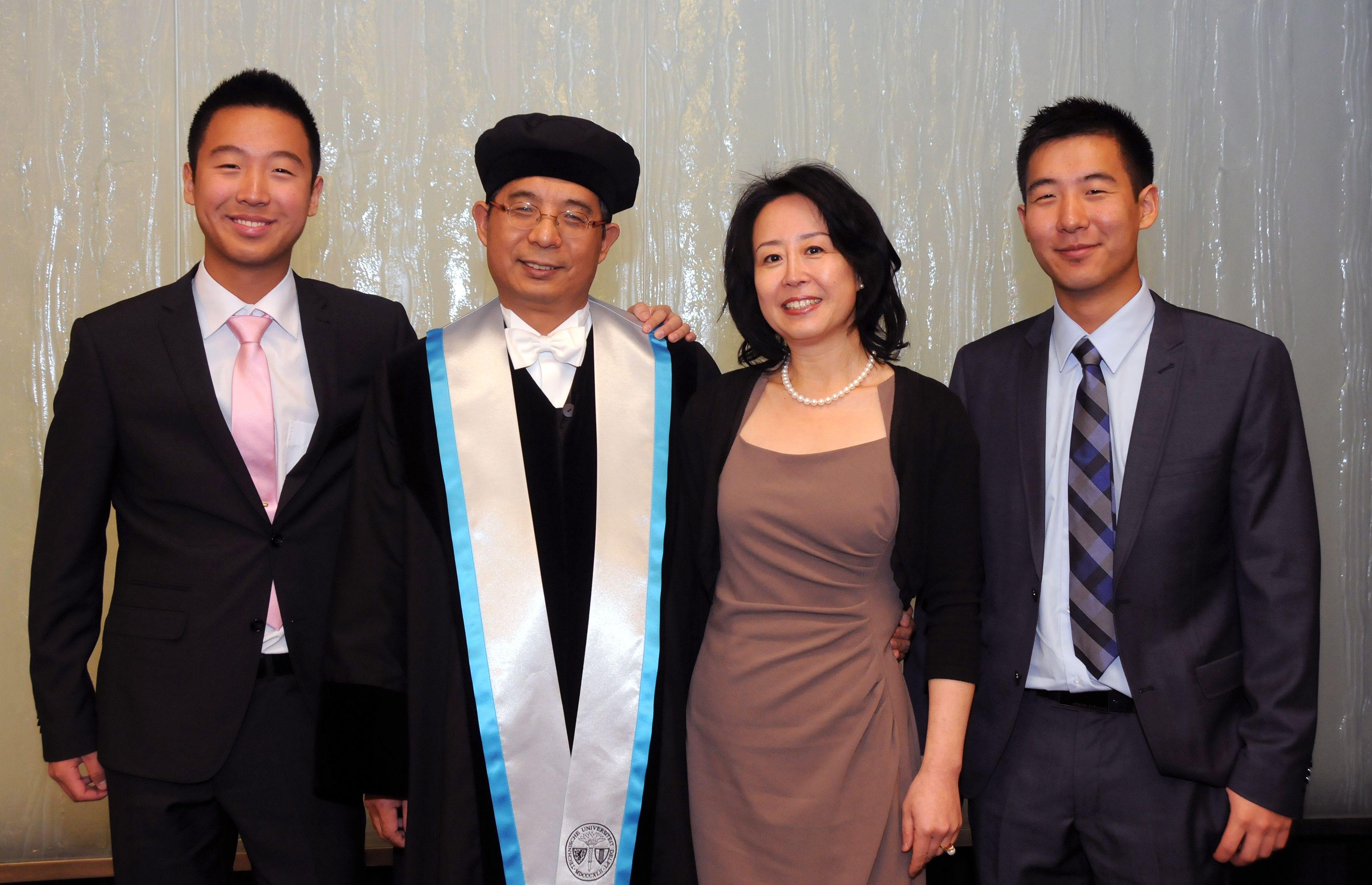 Mijn naam: Edward Wang. Korte beschrijving: Dit is een foto van mijn ouders en broer op de dag van de ceremonie van mijn vader waarop hij tot professor van zijn vakgebied, Morfodynamica van Lagunes en Estuaria, is benoemd (13 januari 2013).
