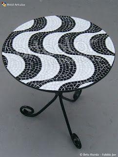 Um mosaico na mesa em forma da calçada de copacabana