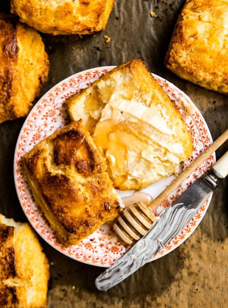Amerykanskie Biscuits Sa Czyms Pomiedzy Mocno Wypieczona Slodka Buleczka A Koslawym Croissantem Maslane Kruche Jedzone O Kazdej Mozliw Food Breakfast Cheese