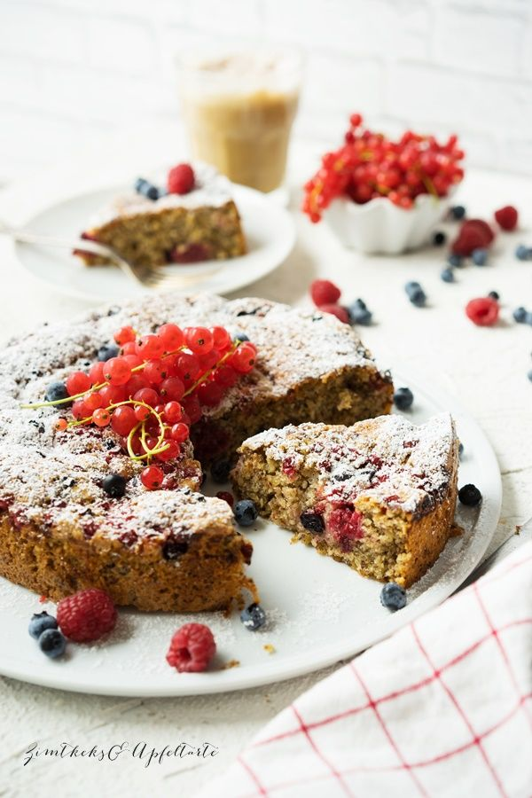 Saftiger und fruchtiger Beeren-Nusskuchen - einfaches Rezept
