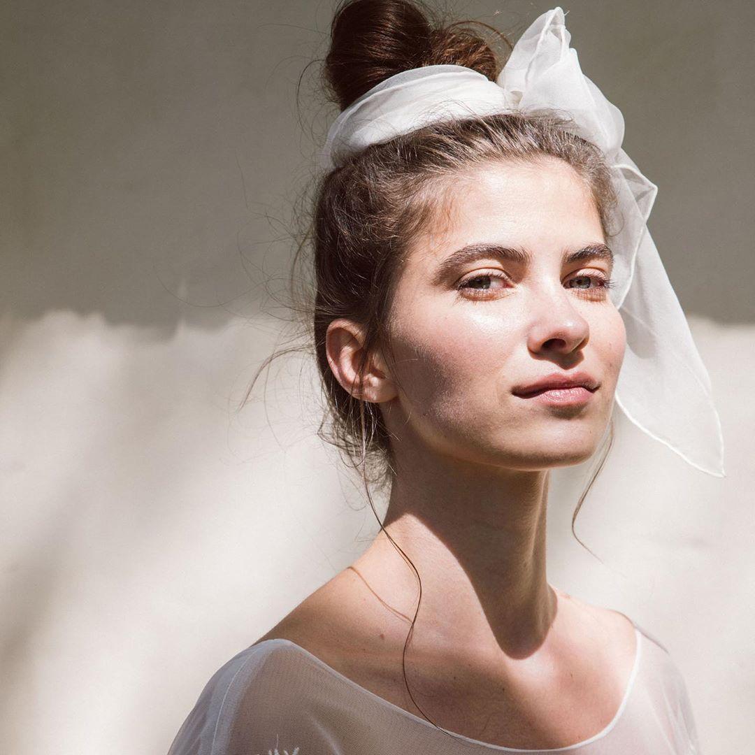 Jeanne Source On Instagram Une Coiffure Simple Et Moderne Que L On Adore Notre Foulard En Mouss Coiffures Simples Chignon Flou Foulard En Mousseline De Soie