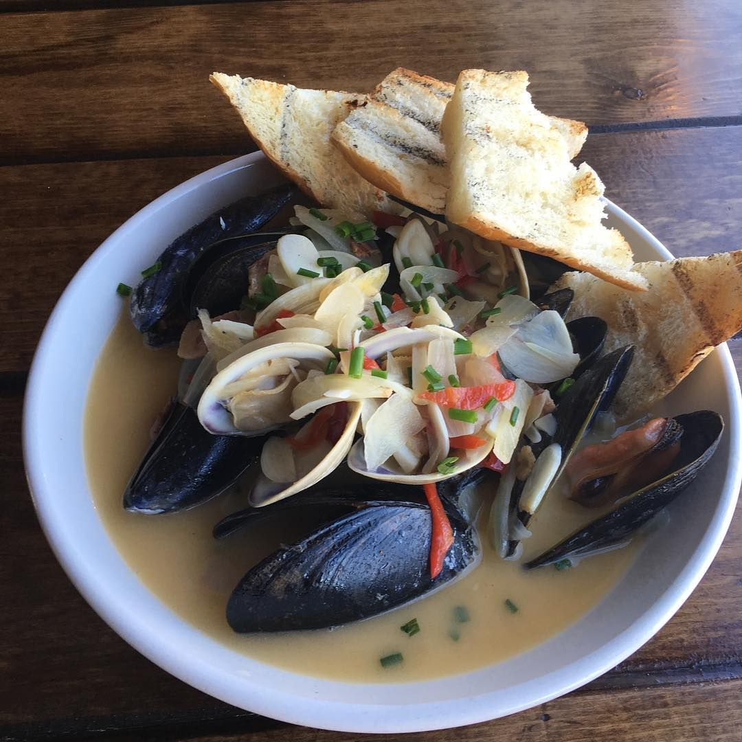 Fresh mussels and clams in a creamy white wine broth. Topped with sliced white onion, red bell pepper, garlic, scallion, guanciale, Calabrian chili and shavings of white ginger. Served with pieces of toasted French baguette.