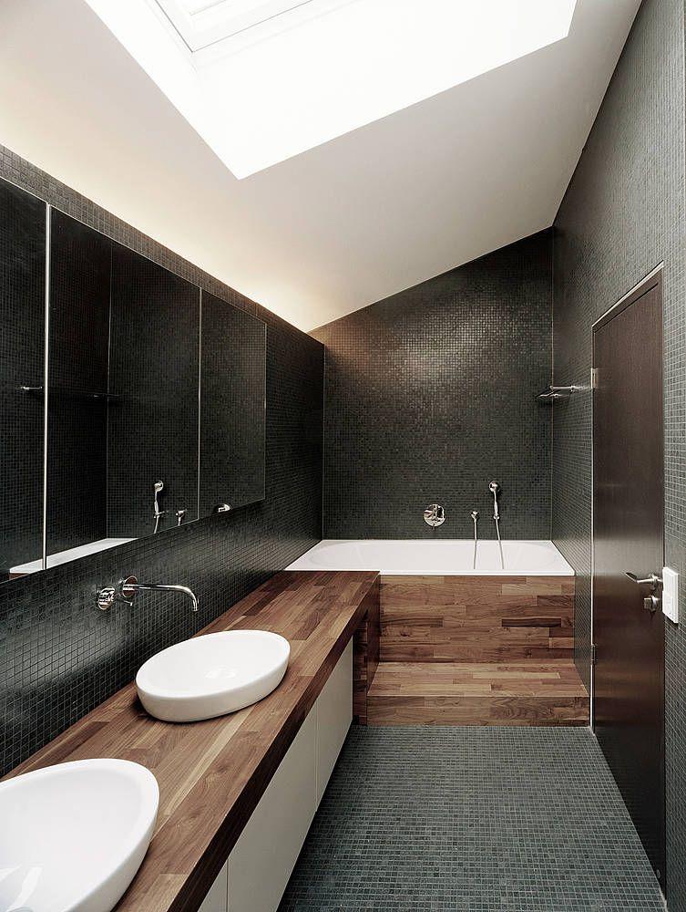 modernes bad mit auffälligen fliessen und waschtisch aus holz, Hause ideen