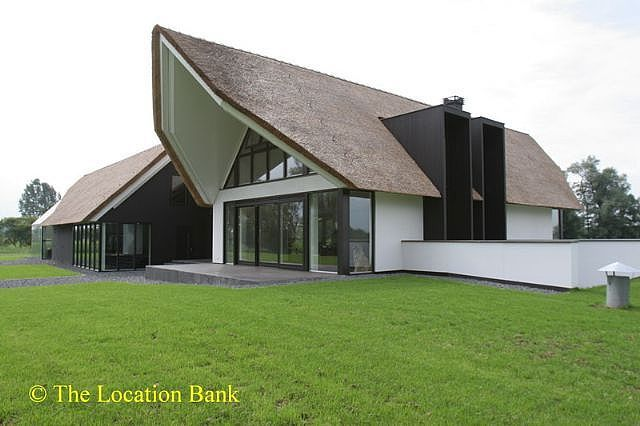 Moderne villa met veel glas en rieten dak huizen pinterest
