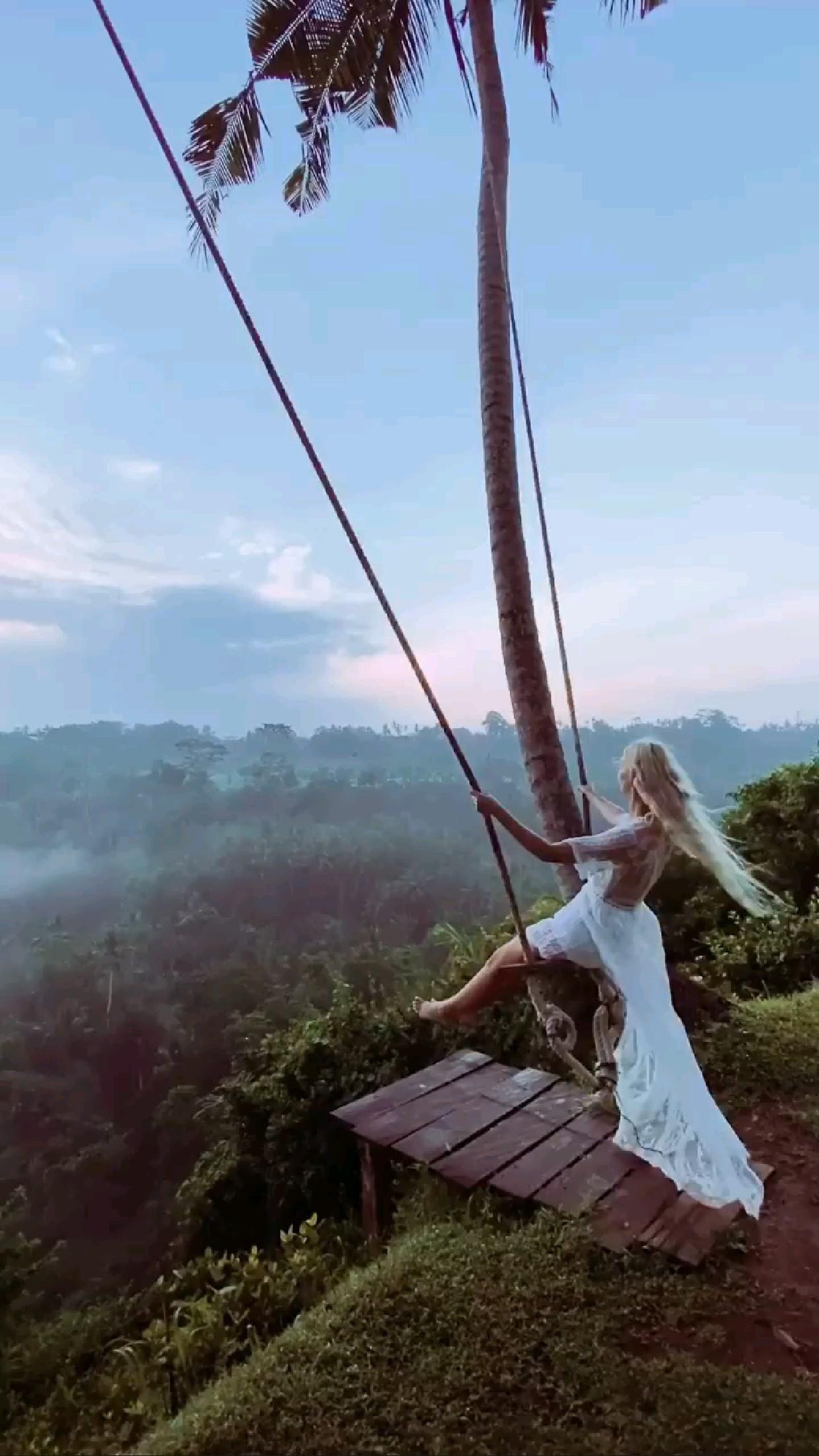 Swinging into the weekend Bali Style 🌴 Location: @zengateway_villa_bali  🎥 @jennasilver_