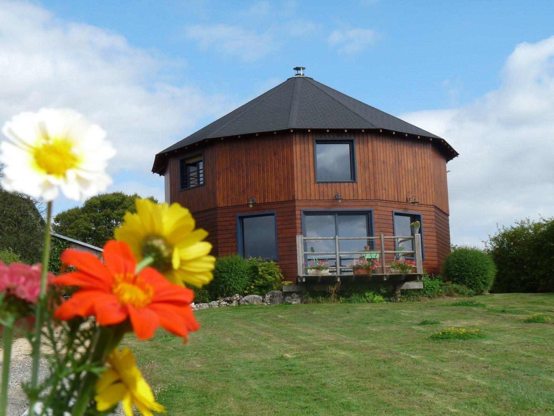 La Maison ronde et ses fleurs www.amivac.com/... Gîte LA MAISON RONDE 86210 MONTHOIRON 0549936819