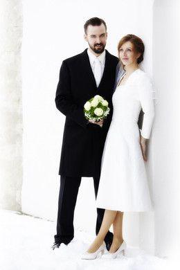 Winterhochzeit brautkleid  wadenlanges Brautkleid ganz in weiß, passend zur Winterhochzeit im ...