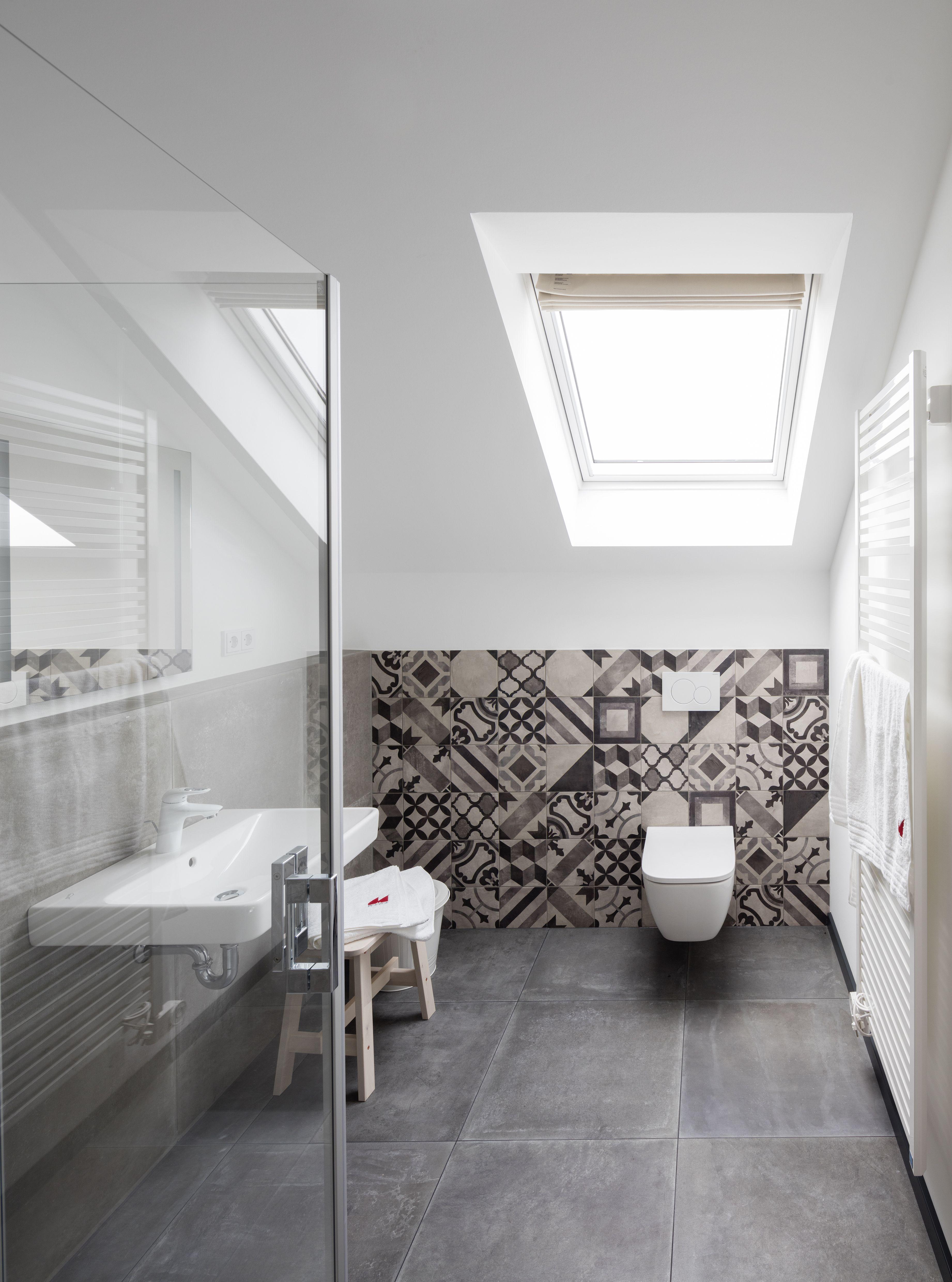 Helles Badezimmer Mit Dachfenster In 2020
