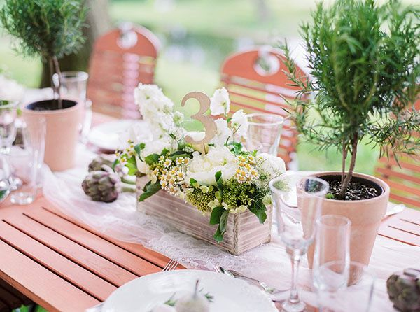 Was muss man bei der Tischdeko zur Hochzeit alles bedenken und wie plane ich die Tischdeko richtig? Wir haben eine Checkliste für dich auf dem Blog!