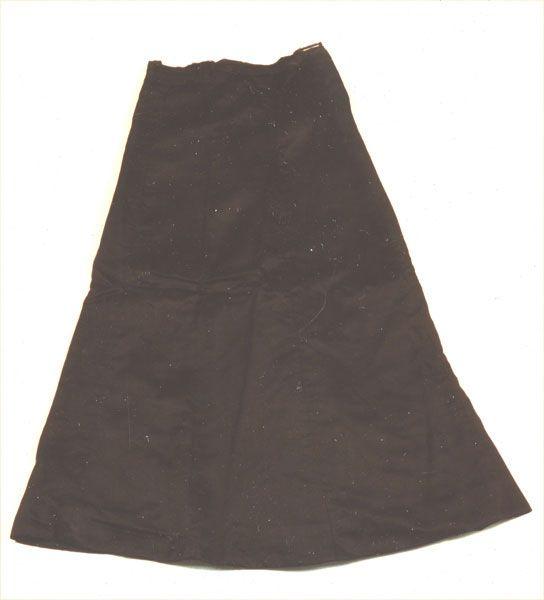 Ein schlichter schwarzer Satinrock, der aus fünf Bahnen zusammengenäht wurde. Am Bündchen befinden sich zwei Haken und Ösen sowie ein Druckknopf zum Schließen des Rockes. Der Rock hat außerdem ein Leinenfutter. Angeln Ende 19. Jahrhundert  #Angeln