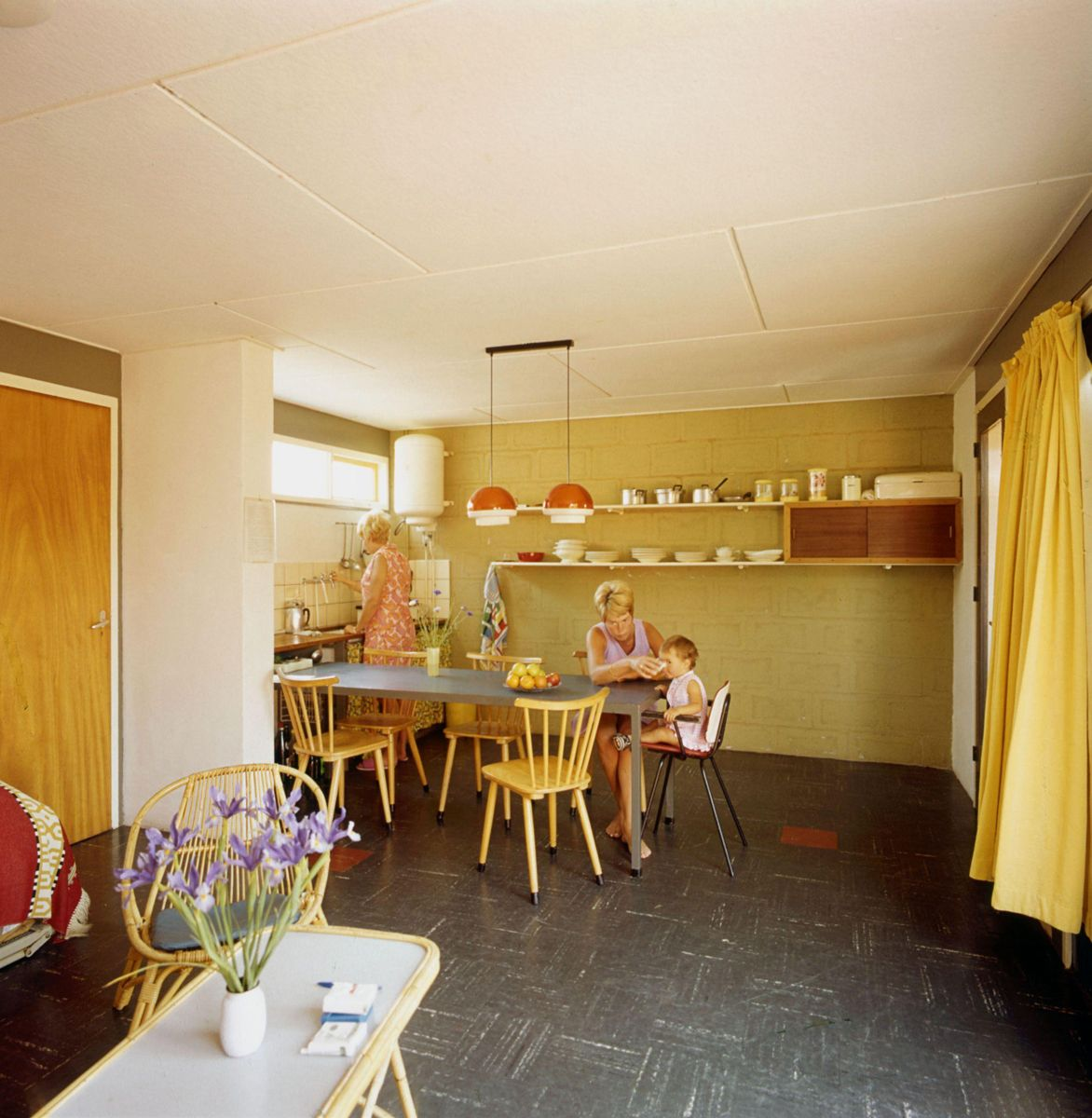 Beroemd Twee vrouwen en kind in vakantiehuisje, jaren '60-'70. Interieur @PU67