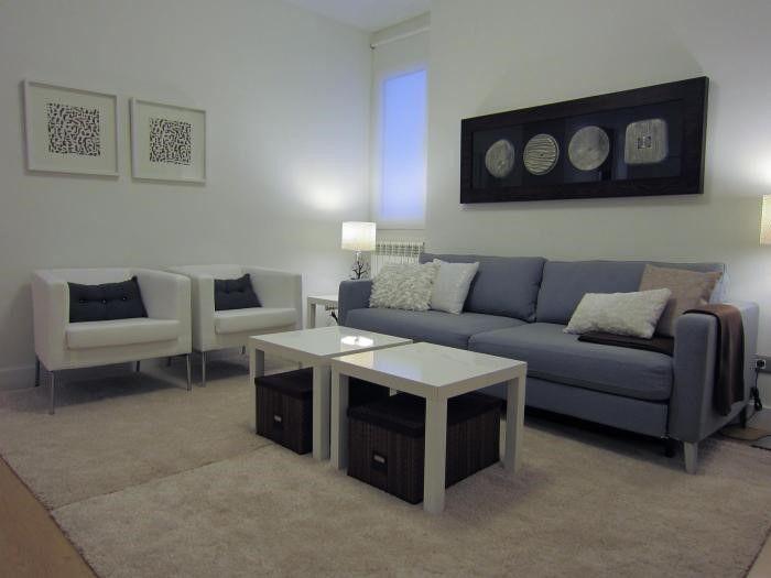 Sof junto a la pared y mesa al centro sof s ideales para salones peque os - Mesas para salones ...