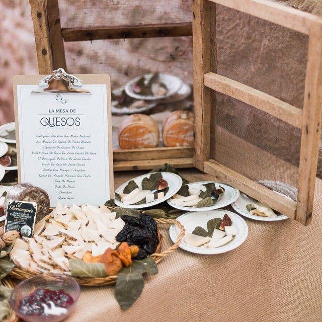 ¡Apunta ideas para tu boda! Para decorar esta mesa del cocktail usamos una fresquera antigua de casa de la novia y para presentar el listado de quesos un portafolios con pinza. ¡Las mesas de quesos siempre triunfan!  #beayguillesecasan #cuentibodas // Foto de @marcossanchez_ // www.bodasdecuento.com
