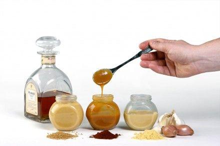 Sinapin tekeminen on yllättävän helppoa, vaivatonta ja nopeaa. Itse tehty sinappi pyyhkii valmissinapeilla pöytää mennen tullen, ja se säilyy reseptis...