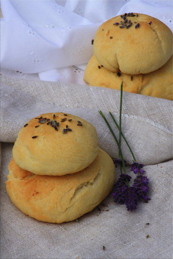 Sommerfrühstück *Lavendelweckerln* Sommerfrühstück Lavendelweckerln (Bildquelle: Living and Green)