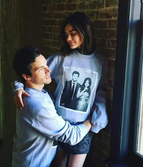 lucy hale e ian harding ezria peque as mentirosas pretty little liars pll. Black Bedroom Furniture Sets. Home Design Ideas
