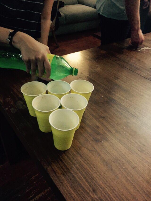 Beer pong o algo así un juego para beber divertido para pasar el rato