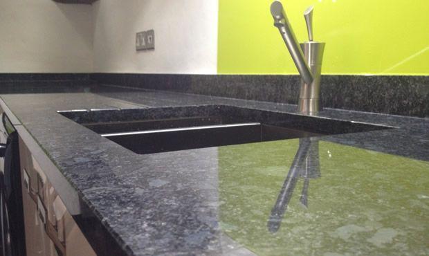 Steel Grey ist ein grobkörniger und dunkelgrauer Quarzmonzonit - küchenarbeitsplatte aus granit