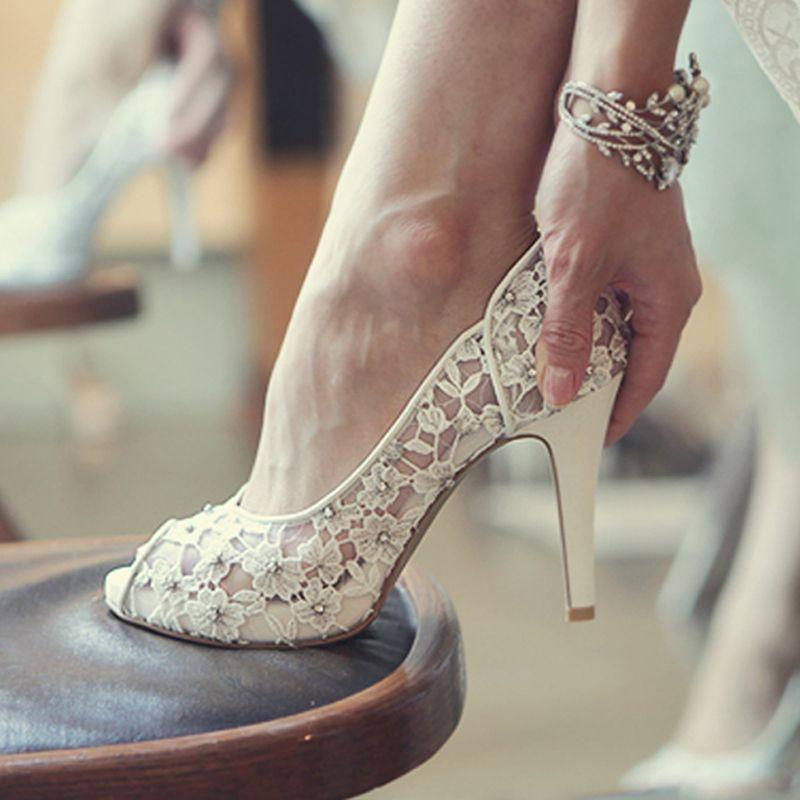 5802c335b58e Pas cher Bling Bling fleurs chaussures de mariage jolie superbe talons  hauts robe de mariée chaussures Peep Toe dentelle blanche cristal fabriqués  à la main ...